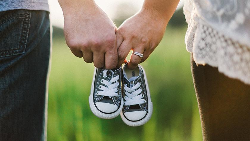 Parents Tenant Paire de Souliers de Bébé
